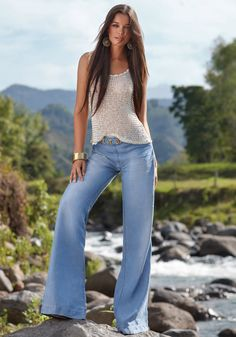 This is what we looked like in Long hair, bell bottom jeans, hippy-boho tops, those same earrings . has there been a time warp? Beauty And Fashion, Look Fashion, Womens Fashion, Fashion Trends, Look Boho, Look Chic, Summer Outfits, Casual Outfits, Cute Outfits