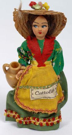 meer dan 80 souvenir poppen in klederdracht - diverse landen.
