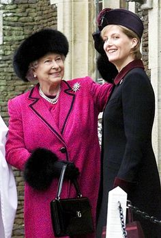 Queen Elizabeth II with her daughter in law Sophie, Countess of Wessex. English Royal Family, British Royal Families, Prinz Philip, Queen Hat, King Queen, Reine Victoria, Eugenie Of York, Isabel Ii, Daughter In Law