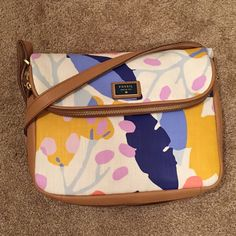 """Fossil Preston Fabric Large Flap Cross body This beautiful Fossil Handbag Features:  Light Floral in Textile / Leather material and  measures approximately: 9"""" x 3"""" x 12"""". Adjustable shoulder strap with a drop up to 24 inches. Gold-tone logo engraved hardware.  Flap top with a magnetic snap closure on the front; has a dual zipper closure, opening to a large pocket. Exterior back zippered pocket. Slip pocket underneath the front flap. Inside features 1 back wall zip pocket and 2 front wall…"""