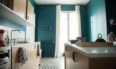 Cuisine Bleue Carreaux ciment Appartement Paris Antonin Roy Parisian Apartment, Paris Apartments, Apartment Interior, Kitchen Interior, Kitchen Fan, Socialite Family, Appartement Duplex, Gravity Home, Decorating Blogs