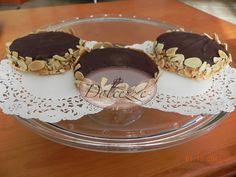 Alfajores rellenos de dulce de leche y capeados en chocolate y almendras