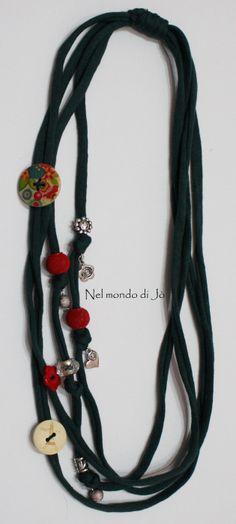 collana fettuccia Jewelry Knots, Scarf Jewelry, Textile Jewelry, Fabric Jewelry, Jewelry Crafts, Beaded Jewelry, Handmade Jewelry, Jewellery, Yarn Necklace