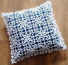Manufaktura Rękodzieła -poszewka biała na poduszkę wykonana na szydełku