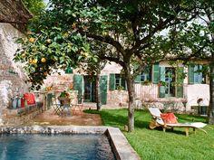 El jardín con piscina