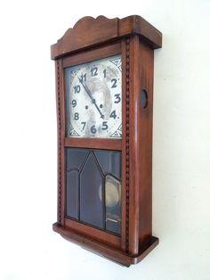 Meccanismo e quadrante decorato di un antico orologio a pendolo da ...