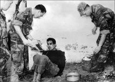 """Les parachutistes du colonel Bigeard interrogent, le 14 mars 1957, Omar Merouane, soupçonné d'avoir commis de nombreux attentats. Le général Bigeard avait qualifiée en juillet 2000 la torture de """"mal nécessaire"""". AFP."""