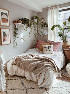 Room Design Bedroom, Room Ideas Bedroom, Home Bedroom, Boho Teen Bedroom, Earthy Bedroom, Trendy Bedroom, Bedroom Inspo, Cozy Small Bedrooms, Cozy Small Bedroom Decor