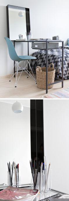 Normaalia pienempi pöytä toimii kapeassa makuuhuoneessa ja peili huijaa silmille lisätilaa. http://www.olkkari.fi/tyopiste-kunnossa/