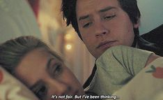 Memes Riverdale, Bughead Riverdale, Riverdale Funny, Cole Sprouse Jughead, Cole M Sprouse, Rachel Berry, Betty Cooper, Riverdale Betty And Jughead, Lili Reinhart And Cole Sprouse