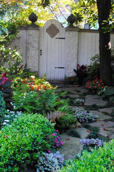 Side of house shade garden idea - love the flagstone path Landscaping Melbourne, Landscaping Company, Front Yard Landscaping, Landscaping Ideas, Garden Entrance, Garden Gates, Shade Roses, Flagstone Path, Florida Gardening