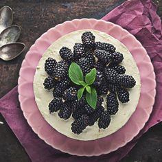 waniliowy sernik na zimno z jeżynami Blackberry, Fruit, Food, Essen, Blackberries, Meals, Yemek, Rich Brunette, Eten