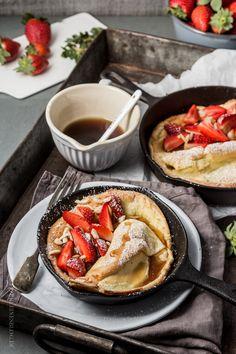 Mein Frühstücksknaller! Dutch Babe / Dutch Baby Pancake / Pfannkuchen aus dem Ofen mit Erdbeeren und Ahornsirup