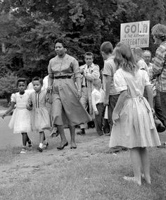 """Nashville Grace McKinley walks her young daughter to school through a throng of pro-segregation activists who are holding a sign that reads """"God is the author of Segregation"""". So Sad. Gordon Parks, Maleficarum, Black History Facts, African American Women, African Americans, My Black Is Beautiful, Ancient History, Women's History, Lifestyle"""
