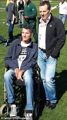 Van der Westhuizen poses for a photo with Joel Stransky, who kicked the winning field goal in their triumphant 1995 final Rugby Teams, Rugby Players, South African Rugby, International Rugby, Pose For The Camera, All Blacks, African History, 20th Anniversary, World Cup