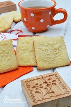 Az egyik kedvenc kekszem! Egyszerű, gyorsan elkészíthető és nagyon finom omlós. Ráadásul ezekkel a keksznyomdákkal készítve olyan helyesek....