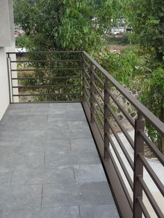 Horizontal metal fence design idea 33 - Home Decor Interior Horizontal Deck Railing, Wood Deck Railing, Balcony Railing Design, Veranda Railing, Balustrade Balcon, Lattice Deck, Balcony Grill Design, Iron Balcony, Diy Deck