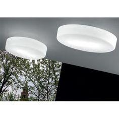 Sogno es un plafón fabricado por Vistosi. Está lampara se puede montar en el techo o en la pared. El acabado del vidrio en blanco y el acabado de las piezas metálicas en níquel satinado.