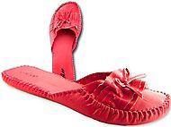 Les filles, ce sont des pantoufles asiatiques pour porter en passant la balayeuse. Arrêtez de porter ça dehors! Ça ne vous fait même pas de belles jambes!