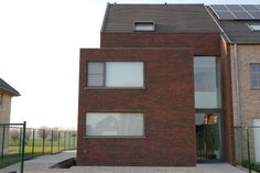 B - tof met insprong, privacy vooraan Modern Townhouse, Facade House, Interior Architecture, Brick, Sweet Home, Shed, Home And Garden, Exterior, Outdoor Structures