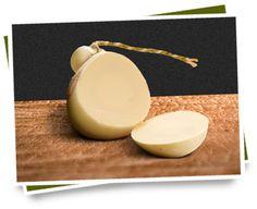 PROVOLONE is een half harde kaas gemaakt van koeienmelk met een hoog vetgehalte en is van origine afkomstig uit het zuiden van Italië. Deze opvallende bolvormige kaas wordt op een afwijkende manier geproduceerd, waarbij de wrongel taai en elastisch en goed kneedbaar wordt. Vandaar is de maker vrij in de vorm waarin hij de kaas maakt, bijvoorbeeld in bol- of staafvorm. Provolone is verkrijgbaar in 2 varianten: Provolone Dolce met een zoete smaak en Provolone Piccante.