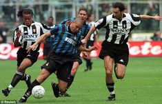 It takes two: Juventus pair Edgar Davids (left) and Marc Juliano double up to try and stop Inter Milan star Ronaldo during a Serie A clash in Retro Football, Sport Football, Football Players, Soccer, Ronaldo Inter, Ronaldo 9, Legends Football, Juventus Fc, National Football League
