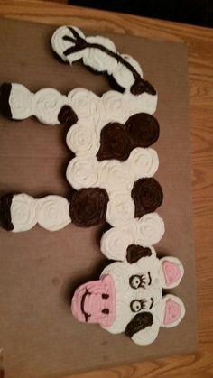 Cow cupcake cake made for my grandson bday . Took 25 cupcakes