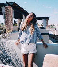 Camisa celeste a rayas + shorts blancos