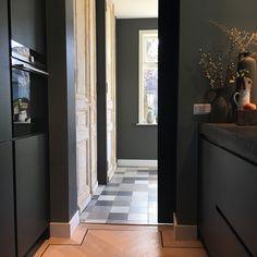 Binnenkijken bij Esmee - My Simply Special - wanna live - Dark Interiors, Kitchen Design, New Homes, Curtains, Photo And Video, Living Room, Mirror, Instagram, Inspiration