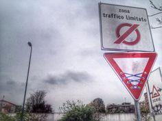 Cartelli stradali e ironia: il blitz dello street artist Clet - Milano - Repubblica.it (photo gallery)