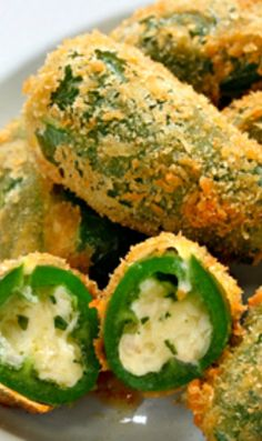 Try this delicious jalapeno cream cheese poppers recipe to enjoy during the Big Game! Finger Food Appetizers, Yummy Appetizers, Appetizer Recipes, Jalapeno Popper Recipes, Jalapeno Poppers, I Love Food, Good Food, Yummy Food, Cream Cheese Stuffed Jalapenos
