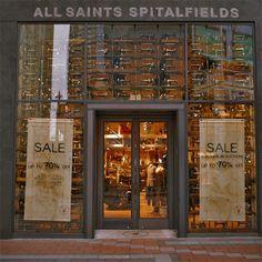 Es una fachada escaparate con la entrada en el centro y completamente llena de maquinas de coser , es muy creativa y original