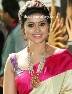 Sneha in Traditional Gold Jewellery at IIFA Utsavam Awards 2017, Pearls mala and Chandbalis