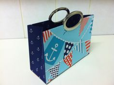 Bolsa de mão com alça de metal