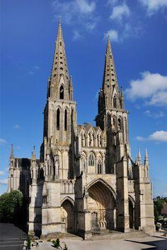 Cathédrale Notre-Dame de Sées, Orne (61). L'édifice menaçant de s'écrouler, sa silhouette a été alourdie par des contreforts.