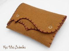 Blague à Tabac en Feutrine Marron Clair - 21 € Card Case, Etsy, Feltro, Mini Bag, Felting, Handmade Gifts, Handmade, Hands