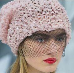 В новой коллекции Chanel 'Весна-лето 2015' Карл Лагерфельд вновь удивил, в этот раз дополнив легкие наряды вязаными шапками. Простых фасонов, разных цветов, но все — яркие и кажущиеся необычными, многие украшены россыпями цветов и стразами, вызывающими в памяти веселые 80-е. И все как одна — с вуалетками: забавный оксюморон, не лишенный изящества.