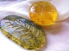Ингредиенты:   мыло детское – 100 гр. (1 кусок)  травяной отвар (крапива, шалфей, ромашка, петрушка) – 250 гр.  масла – 2 ч. л. (1 ч. л. оливкового, 1 ч. л. касторового)  1 ч. л. мёда  1/2 ч. л. витамина Е  1/2 ч. л. витамина А  мятное масло – 5 капель  Приготовление:    Натрите