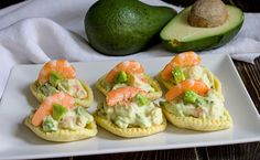 25 easy and tasty appetizers for the festive lunches of N .- Shrimp and avocado mousse boats, recipe - Veg Recipes, Dinner Recipes, Avocado Mousse, Around The World Food, Christmas Dishes, Quick Snacks, Holiday Dinner, Antipasto, Yummy Appetizers