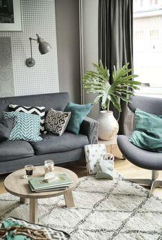 KARWEI | De ronde tafel, het vloerkleed en de kleuraccenten zorgen voor een gezellige sfeer in deze woonkamer. #binnenkijker #ideevankarwei #karwei