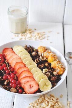 nads healthy kitchen | homemade cacao-granola with fresh fruit and banana-vanilla milk