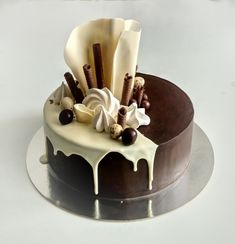 That white chocolate curle is amazing Cake Decorating Designs, Cake Decorating Videos, Cake Decorating Techniques, Food Cakes, Cupcake Cakes, Chocolate Cake Designs, Chocolate Drip Cake, Chocolate Bars, White Chocolate