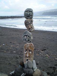 piedra sobre piedra, artista desconocido, en la Playa Martiánez, Puerto de la Cruz (Tenerife-España)