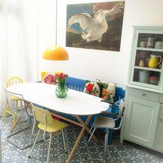 Terwijl ik eigenlijk moet werken (heb mooie nieuwe vondsten💕) loop ik weer met van alles te schuiven in huis 😁 * our livingroom near to the kitchen * #scandinavian #ikea #ixxi #mint #yellow #thrifted #thrift #swan #porcelain #servies