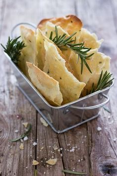 Sfogliatine with rosemary Healthy Menu, Healthy Cooking, Cooking Recipes, Tapas, Focaccia Pizza, Savoury Biscuits, Vol Au Vent, Brunch, Good Food