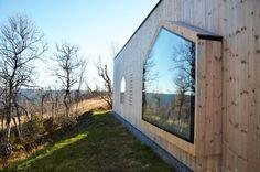 holz-haus am hang-glas giebelfenster-moderne hütte-norwegen
