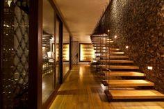 escalier droit autoportant avec garde-corps de design moderne et marches en bois