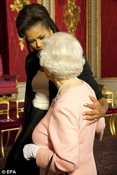 On a visit in April First Lady Michelle Obama famously touched the Queen during a reception at Buckingham Palace. The Queen appeared not to mind Michelle Obama, Prince Philip, Prince Charles, Prince Harry, Lady Diana, Barack Obama, Us First Lady, Die Queen, Presidente Obama