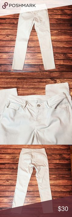 "{Loft} curvy skinny jeans. {Loft} cream colored, curvy skinny jeans. Size 28/6, waist 33"", hips 19"" across flat, front rise 7 1/2"", rear rise 15"", inseam 31 1/2"", ankle 6"" wide across flat. Great condition! LOFT Jeans Skinny"