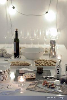 Olohuone valmiina illanviettoon -postauksessa lupailinkin esitellä glögijuhlien kattauksen sekä tarjoilut ihan erillisessä postauksessa. Alkovissa sijaitseva ruokapöytä (ruokapöydäntuolit siirsin illan ajaksi olohuoneen puolelle) toimi loistavasti tarjoilutasona ja ystäväni mahtuivat mukavasti kummaltakin …